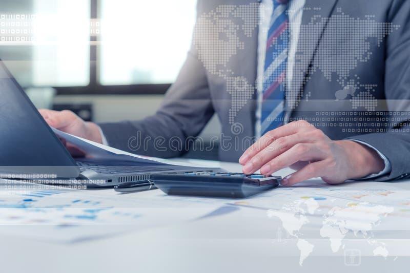 Feche acima do homem de negócio que datilografa no laptop com technolo foto de stock