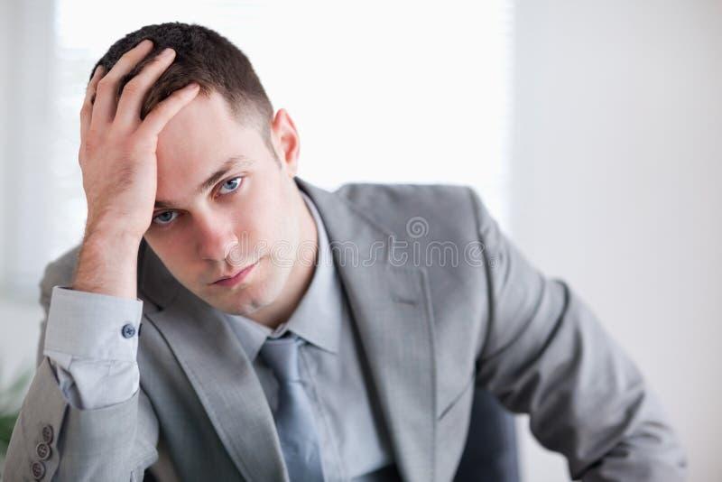 Feche acima do homem de negócios que começ a notícia ruim imagens de stock royalty free