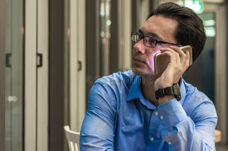 Feche acima do homem de negócios triste que obtém más notícias no telefone imagem de stock royalty free