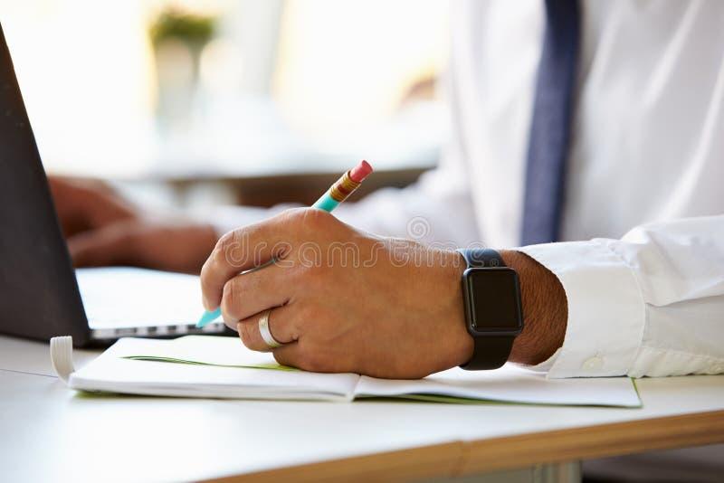 Feche acima do homem de negócios Wearing Smart Watch imagem de stock