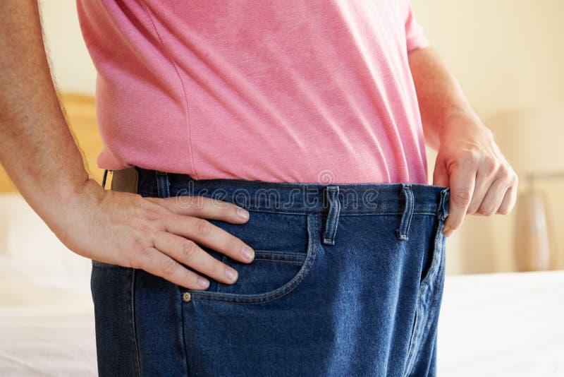 Feche acima do homem em peso perdedor da dieta da cintura fotografia de stock