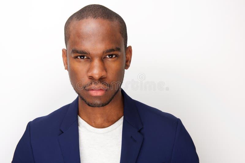 Feche acima do homem negro novo com expressão séria olhar fixamente fotos de stock royalty free