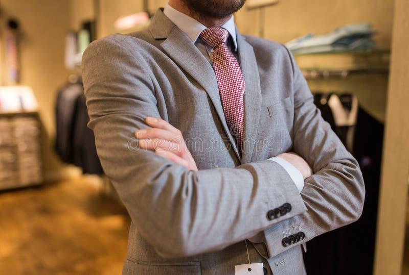 Feche acima do homem no terno e amarre na loja de roupa imagens de stock royalty free