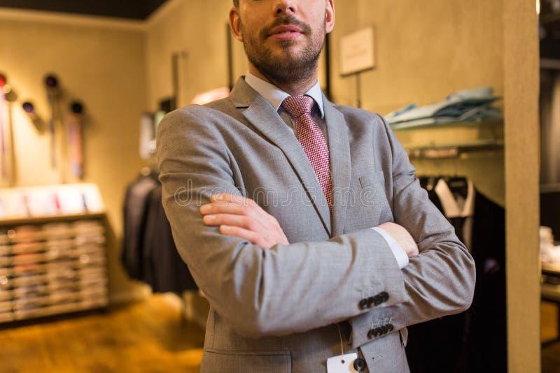 Feche acima do homem no terno e amarre na loja de roupa fotos de stock