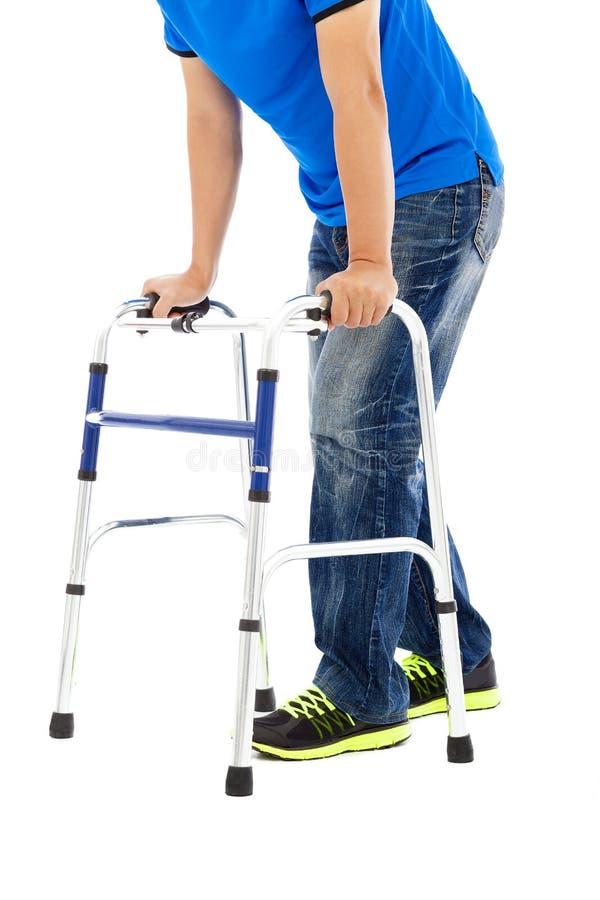 Feche acima do homem novo em auxílios da mobilidade imagens de stock royalty free