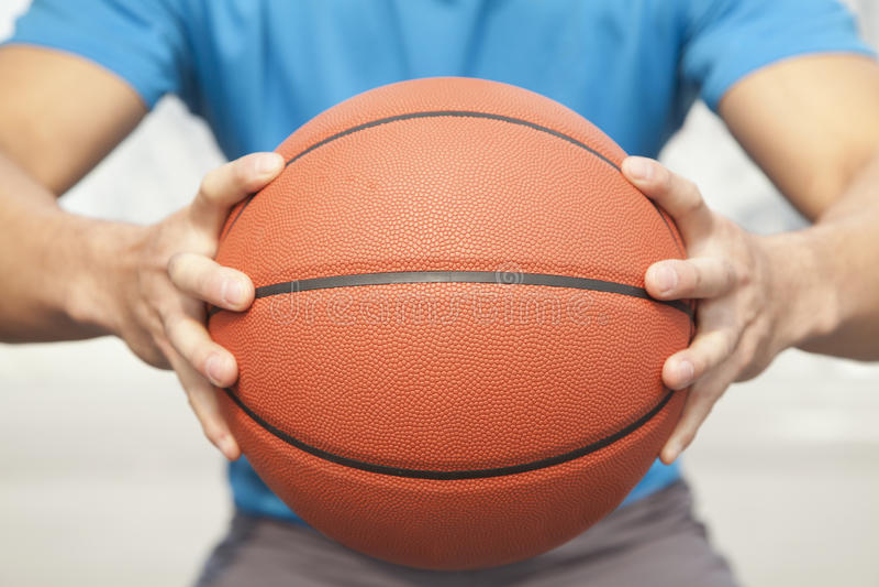 Feche acima do homem novo, seção mestra, guardarando um basquetebol imagens de stock royalty free
