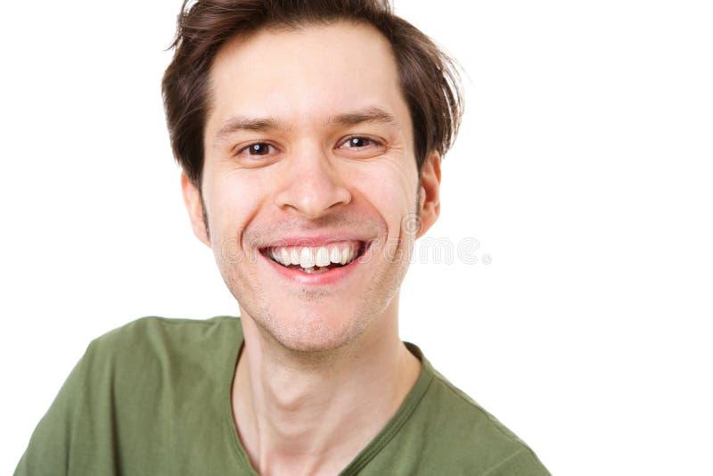 Feche acima do homem ocasional que está e que sorri no fundo branco imagens de stock royalty free