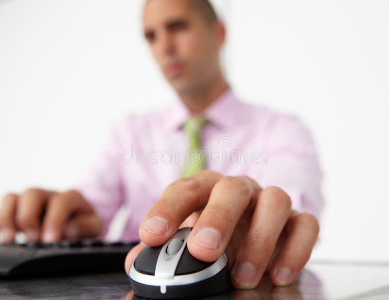 Feche acima do homem que usa o teclado e o rato foto de stock royalty free