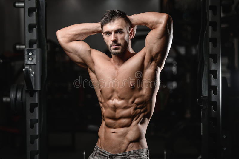 Feche acima do indivíduo forte do Abs que mostra nos músculos do gym imagens de stock royalty free