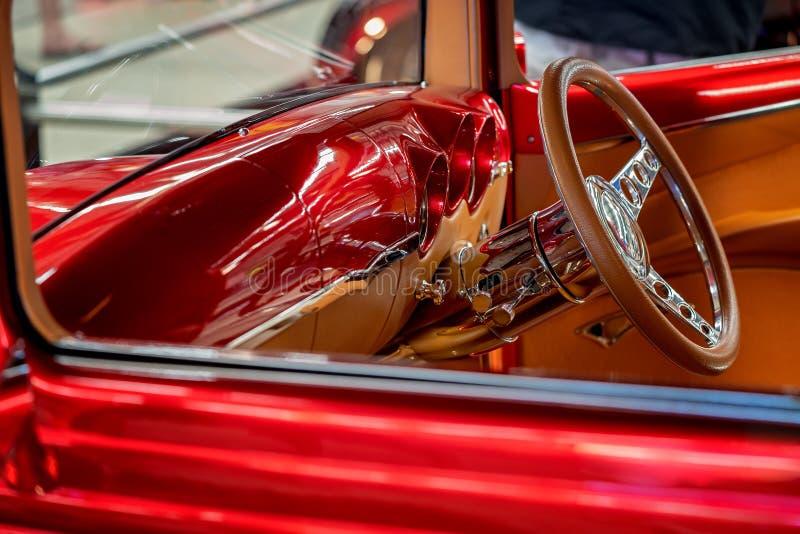 Feche acima do interior clássico do carro fotografia de stock