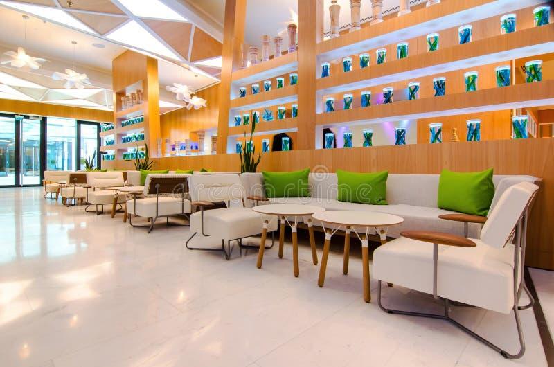 Feche acima do interior do restaurante com tabela e sofá imagens de stock royalty free