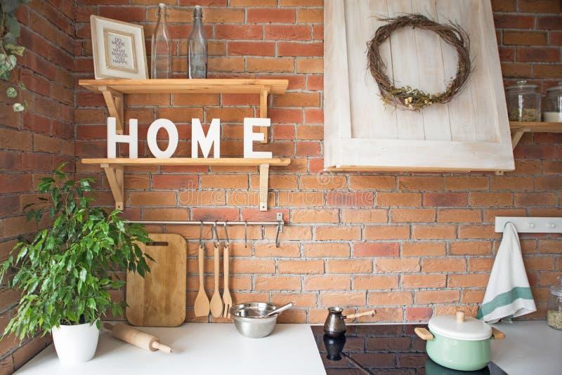 Feche acima do interior moderno confortável bonito da cozinha do sótão, kitchenware, estilo home, projeto do estúdio da foto fotos de stock royalty free