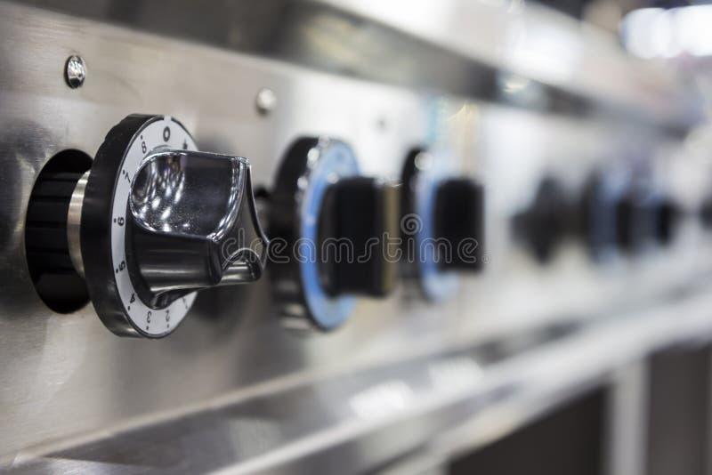 Feche acima do interruptor de fogão de gás ardente da cozinha fotografia de stock royalty free