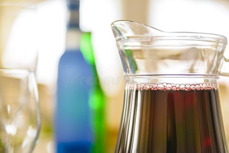 Feche acima do jarro de suco vermelho no restaurante foto de stock royalty free