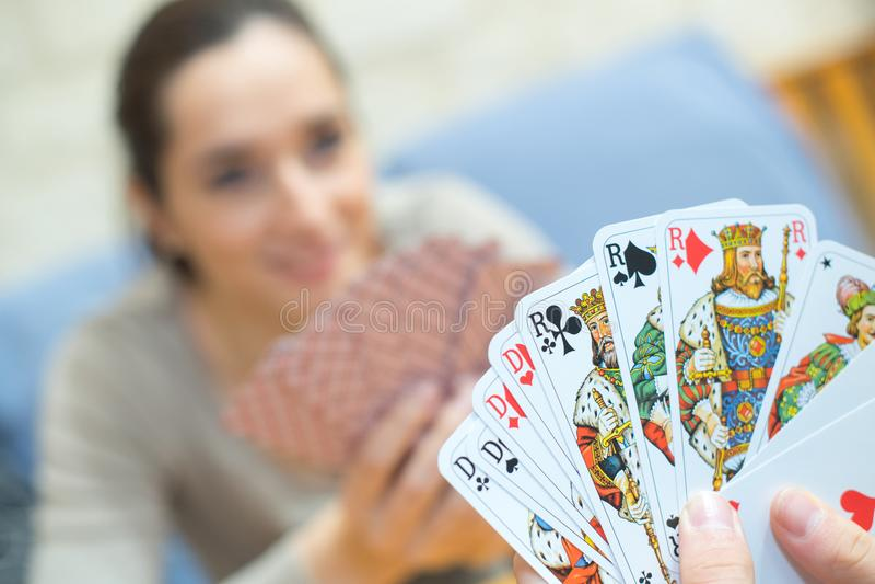 Feche acima do jogo de cartas nas mãos imagens de stock royalty free