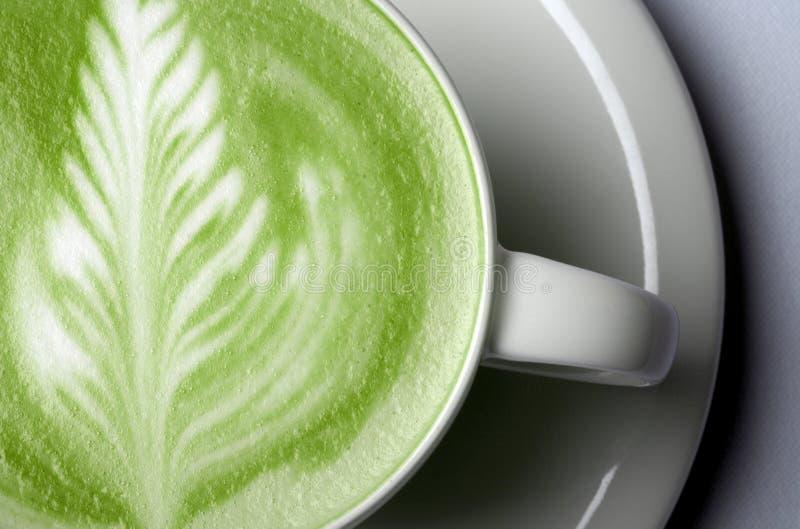 Feche acima do latte do chá verde do matcha no copo imagem de stock royalty free