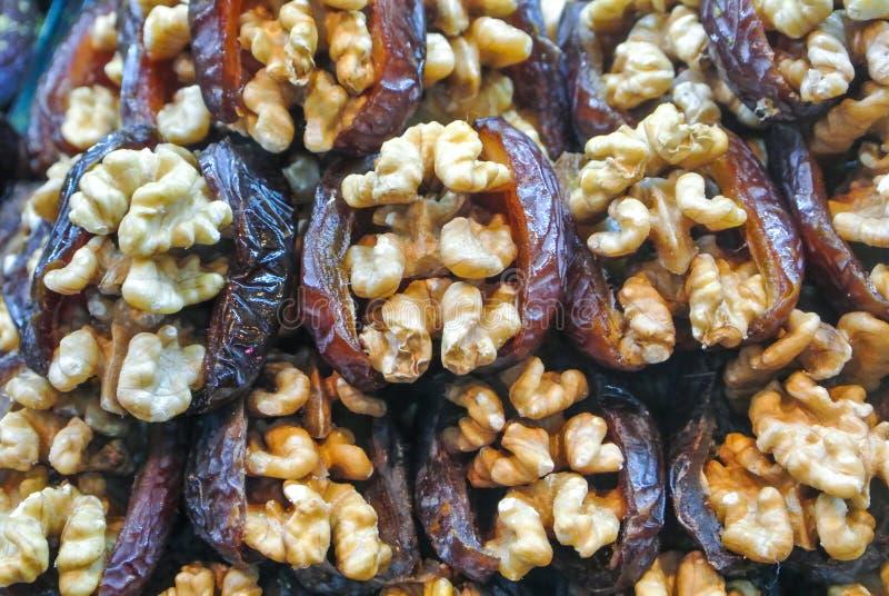 Feche acima do macro de doces turcos tradicionais da ameixa seca e da noz imagens de stock