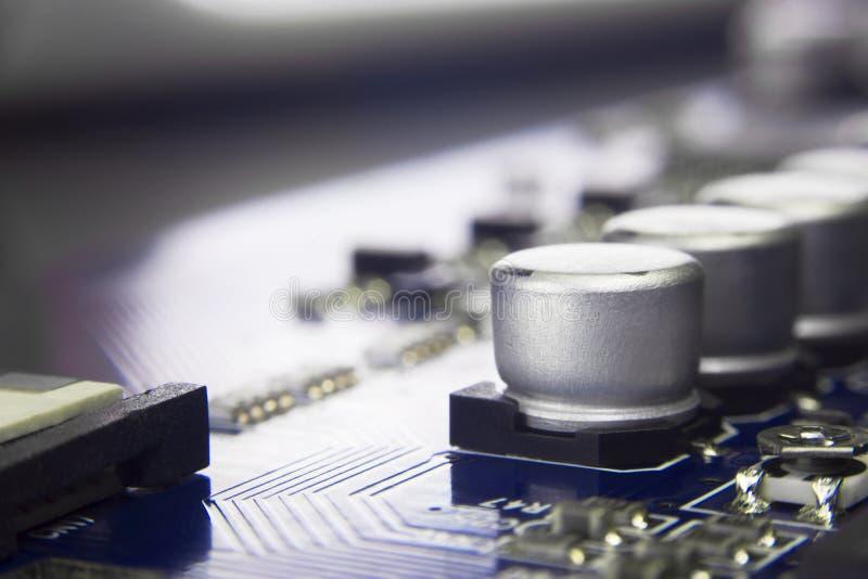 Feche acima do macro dos capacitores eletrolíticos de alumínio instalados sobre imagem de stock royalty free