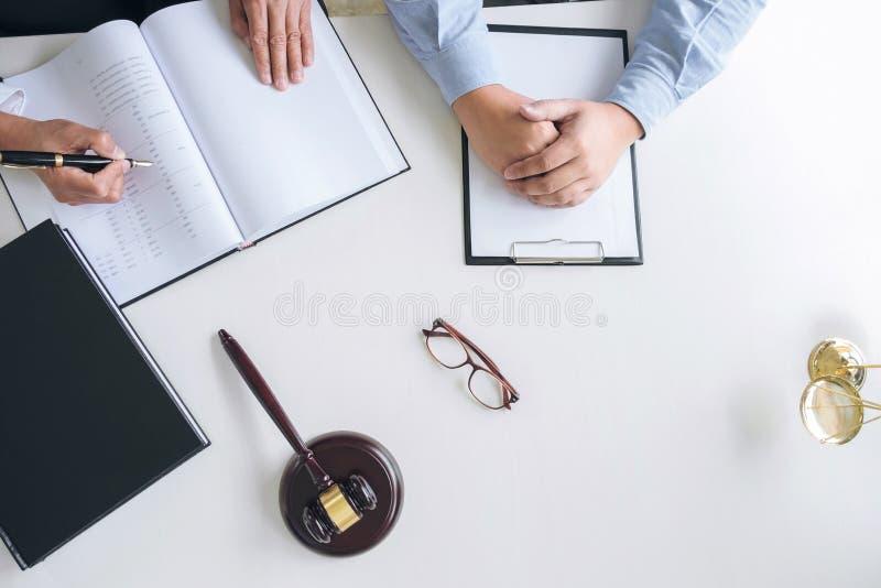 Feche acima do martelo, do advogado masculino ou do juiz Consult com cliente imagem de stock