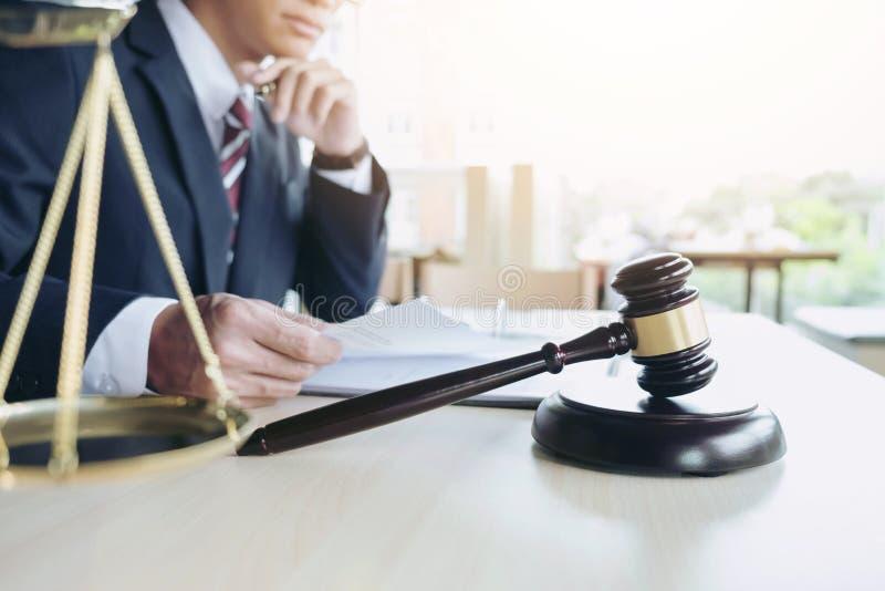 Feche acima do martelo, advogado masculino que trabalha com as escalas de justiça, b imagem de stock royalty free