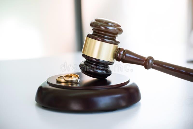 Feche acima do martelo do juiz que decide no divórcio da união e no gol dois fotografia de stock royalty free
