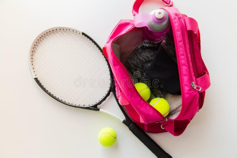 Feche acima do material do tênis e os esportes fêmeas ensacam imagem de stock
