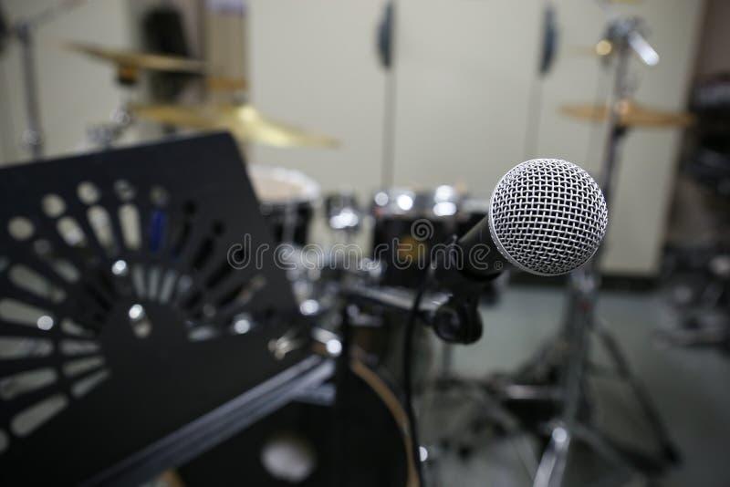 Feche acima do microfone com estilo da imagem do vintage Equipamento da música na sala do treinamento foto de stock royalty free