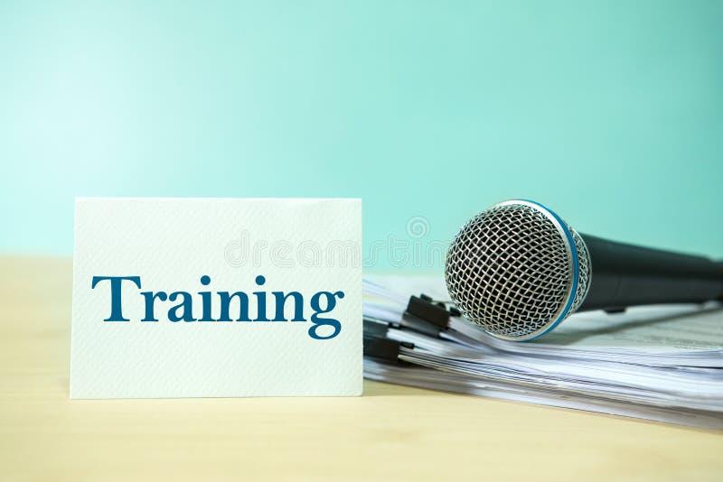 Feche acima do microfone em um original de papel com texto do treinamento, engodo fotos de stock royalty free