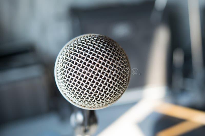 feche acima do microfone no auditório fotografia de stock royalty free