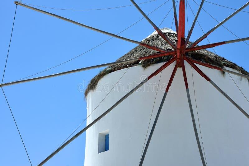 Feche acima do moinho de vento branco de Mykonos foto de stock