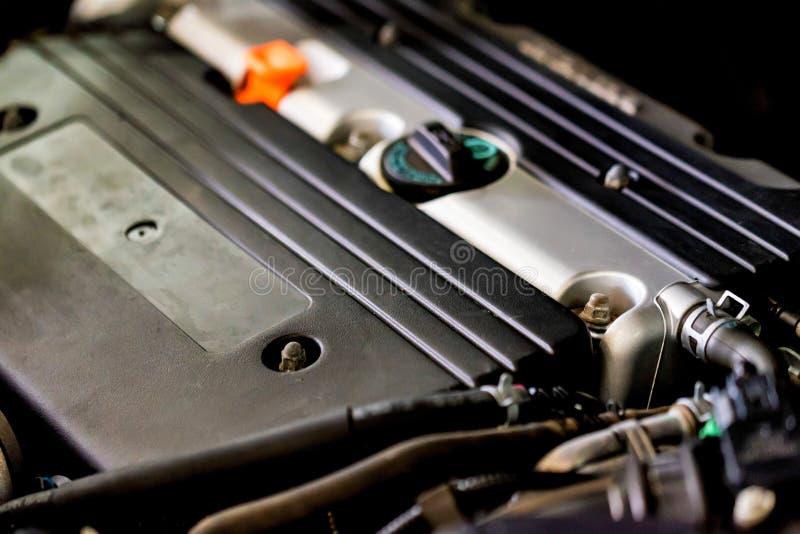 Feche acima do motor de gás no carro moderno fotos de stock