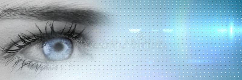 Feche acima do olho greyscale com a íris azul brilhante e transição esperta azul da tecnologia foto de stock
