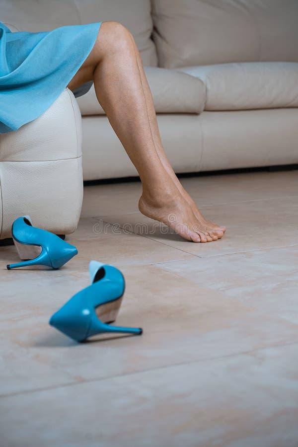 Feche acima do os pés fêmeas perfeitos Mulher que aplica o moisturizer Retrato colhido da vista lateral dos pés e do azul finos p imagens de stock