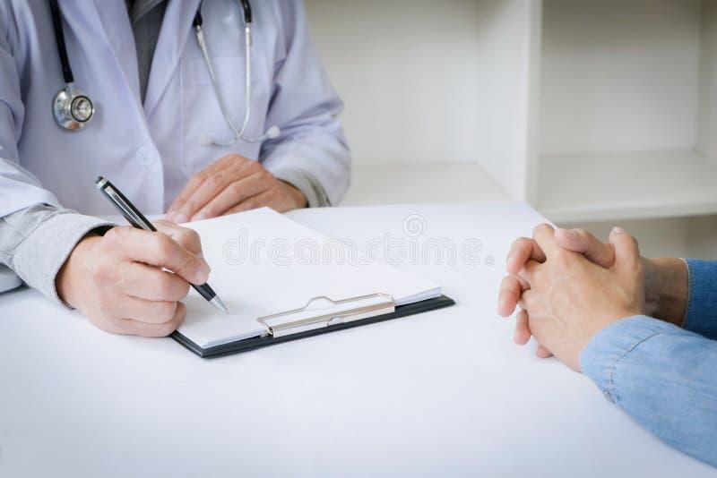 Feche acima do paciente e do doutor da medicina em um hospital/clínica fotos de stock