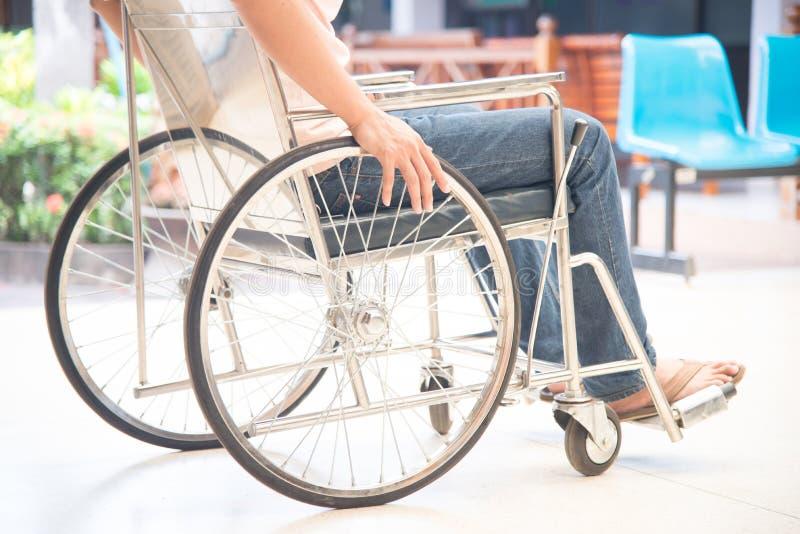 Feche acima do paciente em uma cadeira de rodas fotos de stock royalty free