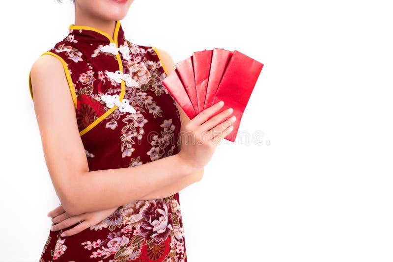 Feche acima do pacote vermelho de dinheiros nas mãos da mulher e pacote guardar de gesto dos dinheiros no evento chinês do festiv foto de stock