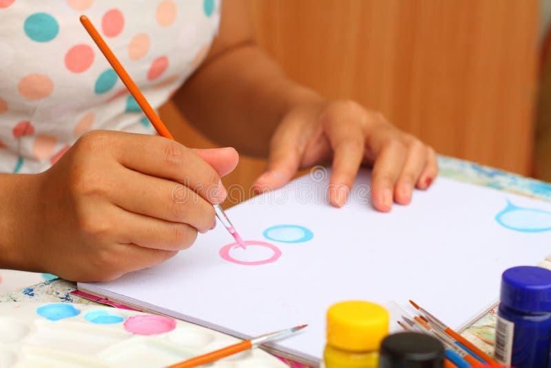Feche acima do papel da aquarela da pintura da criança da arte da mão e criativo fotografia de stock royalty free