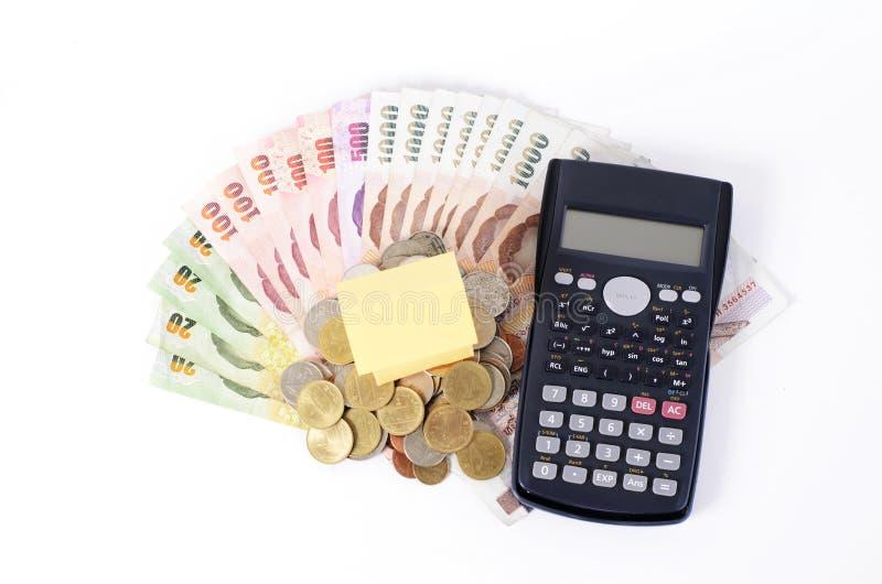 Feche acima do papel home e da calculadora na cédula tailandesa para empréstimos fotos de stock