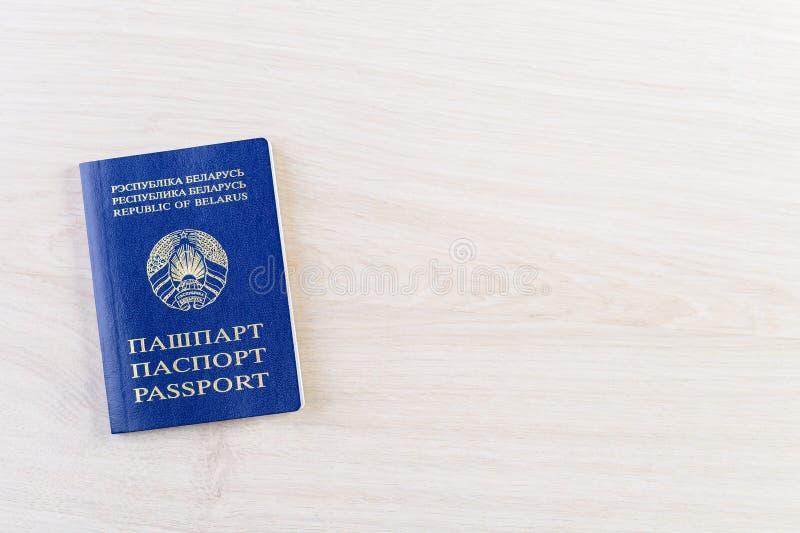 Feche acima do passaporte de Bielorrússia na tabela de madeira para um concep do curso imagens de stock