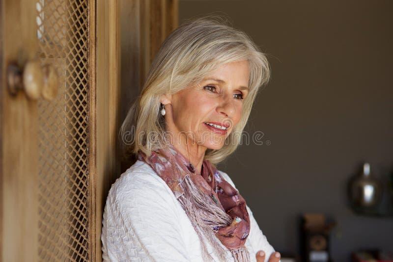 Feche acima do pensamento bonito de uma mulher mais idosa fotos de stock royalty free
