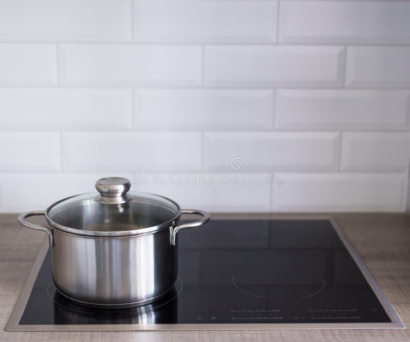 Feche acima do potenciômetro do metal no fogão bonde ou da indução na cozinha foto de stock royalty free