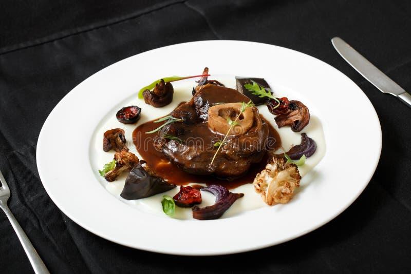 Feche acima do prato da carne com vegetais grelhados imagens de stock