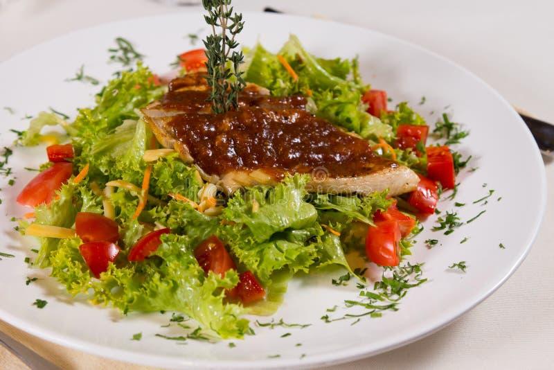 Feche acima do prato Meaty delicioso em vegetais fotos de stock