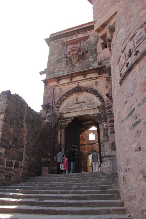 Feche acima do projeto do arco decorativo da grande porta da entrada ao palácio fotos de stock royalty free