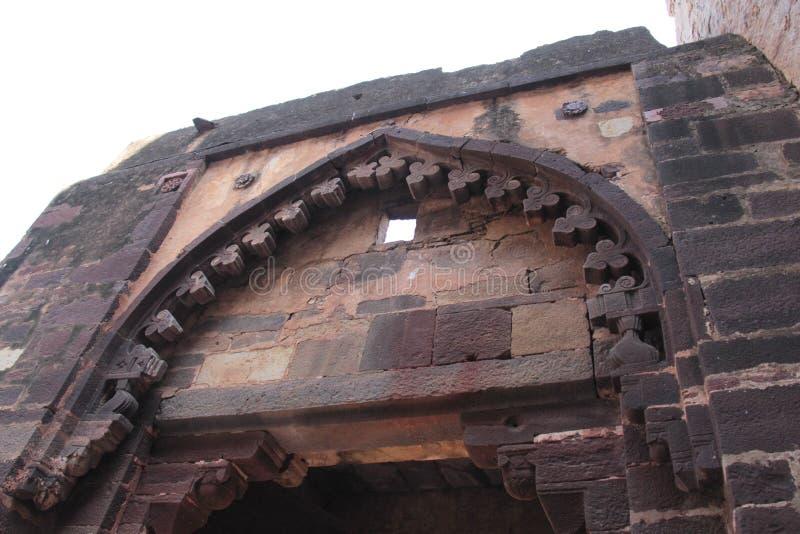 Feche acima do projeto do arco decorativo da grande porta da entrada ao palácio fotos de stock