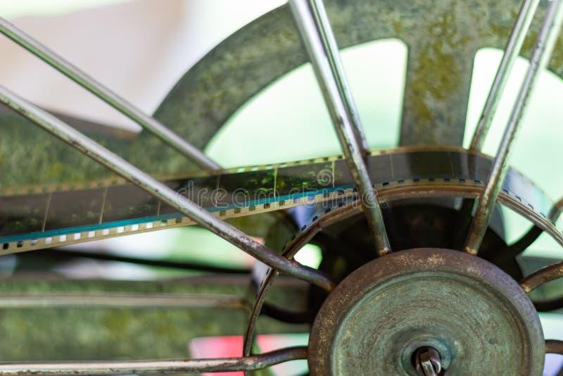Feche acima - do projetor de filme giratório análogo velho do filme fotografia de stock royalty free