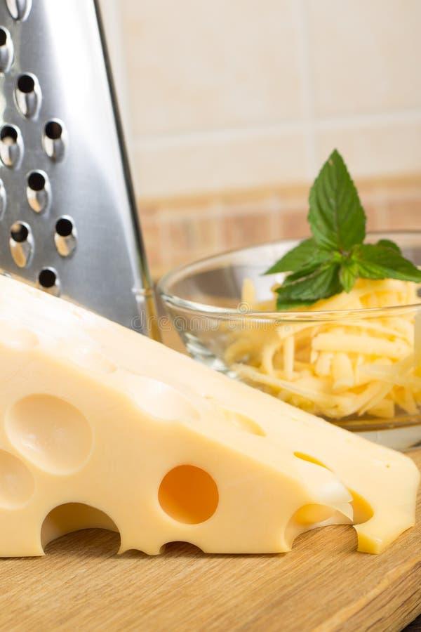 Feche acima do queijo raspado na bacia de vidro foto de stock