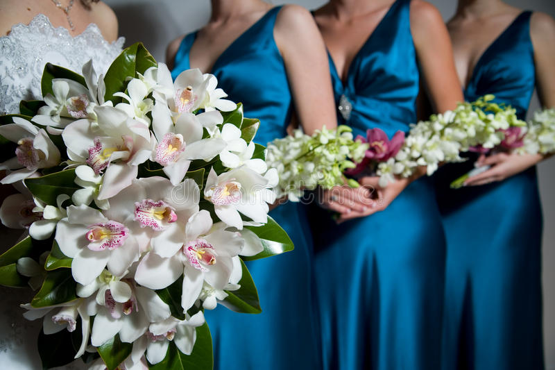 Feche acima do ramalhete da noiva, damas de honra atrás imagens de stock