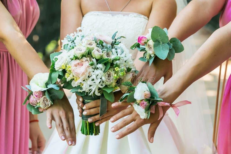 Feche acima do ramalhete da noiva e das damas de honra foto de stock royalty free