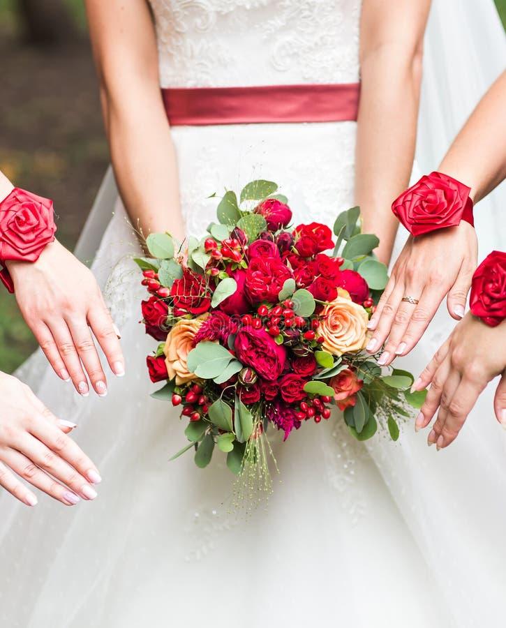 Feche acima do ramalhete da noiva e das damas de honra imagem de stock royalty free